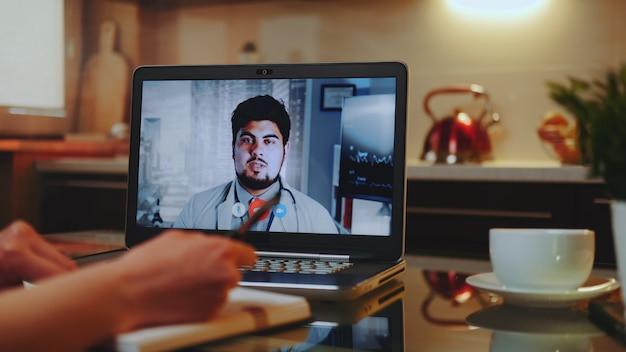 Consulta médica on-line com médico no computador em casa