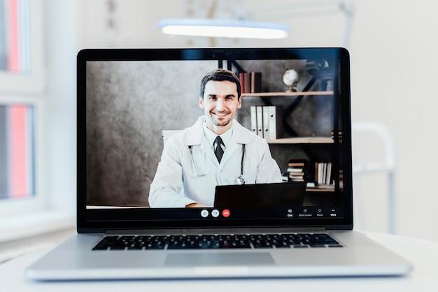 Consulta online com laptop