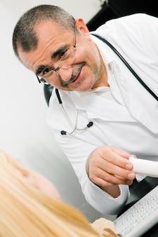 Consultando o médico