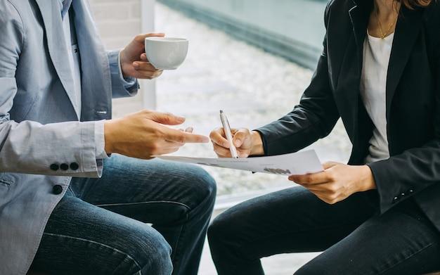 Consultante de investimento do homem de negócios dois que analisa o balanço do relatório financeiro da empresa.