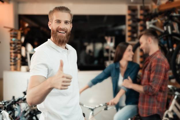 Consultor ajuda na escolha de bicicleta e polegares para cima