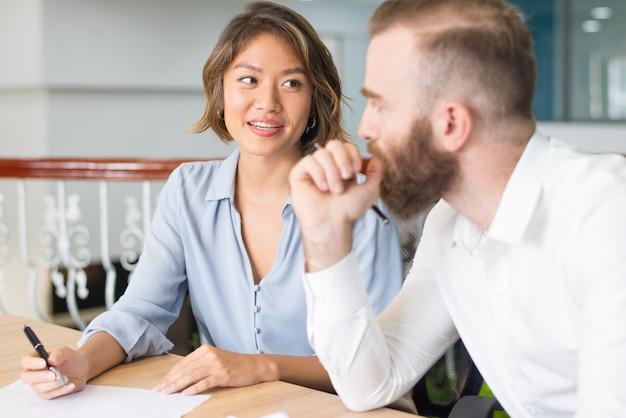 Consultor confiante, explicando detalhes do documento do cliente