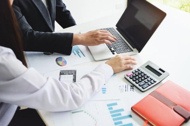 Consultor de homem de negócios descreve um plano de marketing para definir estratégias de negócios para mulheres empresárias. planejamento de orçamento empresarial e conceito de pesquisa.