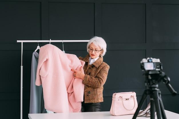 Consultor de moda em showroom. mulher sênior na moda. estilista pessoal no trabalho
