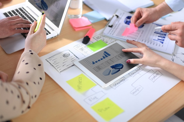 Consultor de negócios analisando dados financeiros que denotam o andamento dos trabalhos da empresa