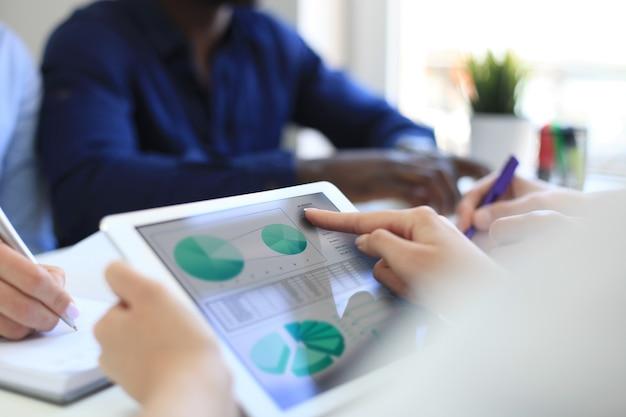 Consultor de negócios analisando números financeiros que denotam o andamento dos trabalhos da empresa.