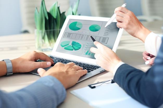 Consultor de negócios analisando números financeiros que denotam o andamento dos trabalhos da empresa