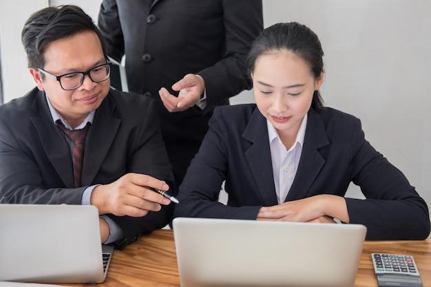 Consultor de negócios, analisando o relatório financeiro da empresa.
