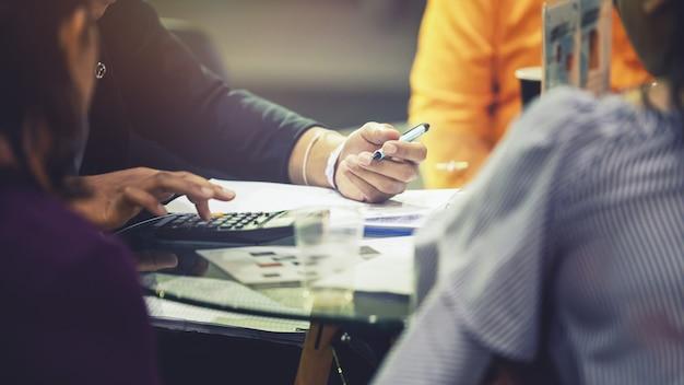 Consultor de negócios dando conselhos ao seu grupo de clientes