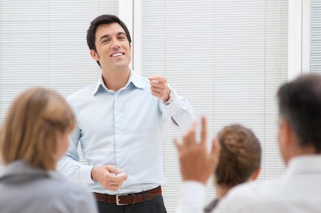 Consultor de negócios respondendo a uma pergunta durante uma reunião no escritório