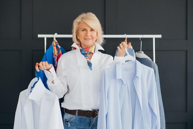 Consultor de tendências de moda. estilista pessoal. mulher bonita envelhecida