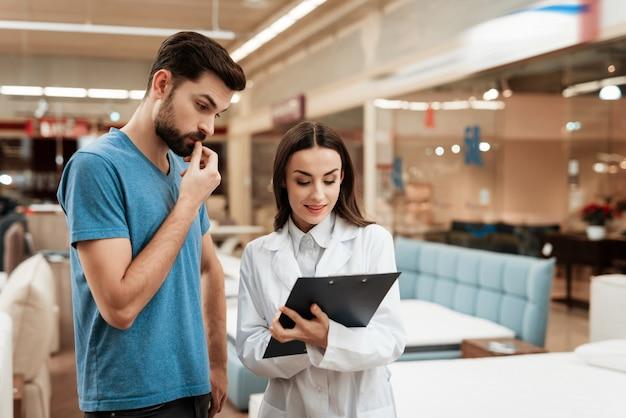 Consultor discutindo detalhes de compra com o homem