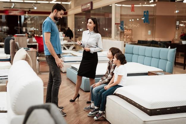 Consultor feminino atraente, ajudando o jovem pai