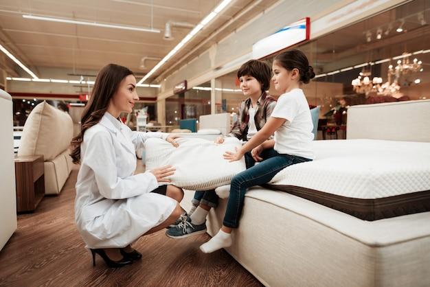 Consultor feminino mostrando travesseiro para crianças
