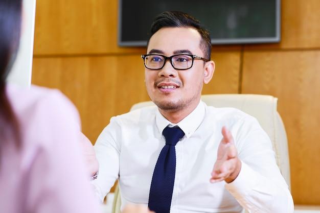 Consultor financeiro conversando com o cliente