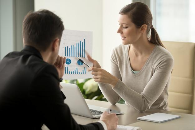 Consultor financeiro feminino, explicando o plano de negócios