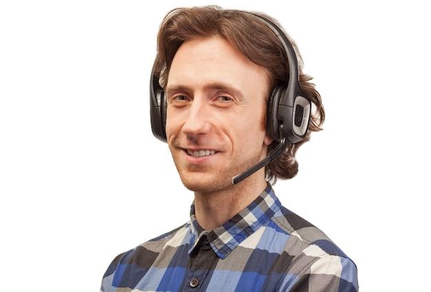 Consultor masculino em fone de ouvido viva-voz isolado