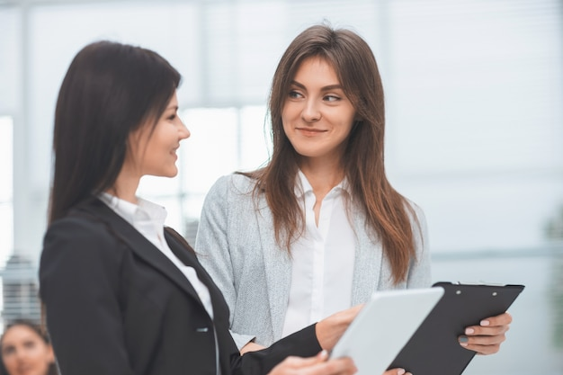 Consultor próximo discutindo um documento comercial com o cliente