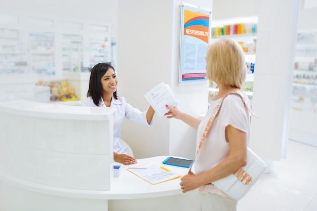 Consultor satisfeito. mulher internacional alegre mantendo um sorriso no rosto enquanto está no trabalho