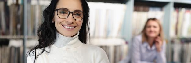 Consultor sorridente com óculos no conceito de consultoria de cliente de salão de tecidos