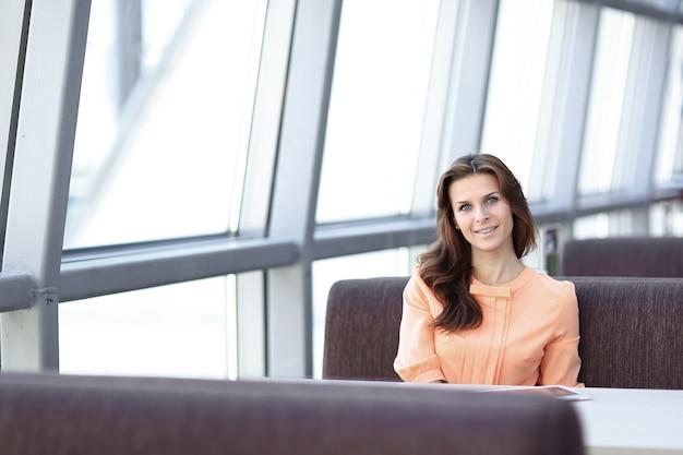Consultora de mulher no local de trabalho no escritório do banco.