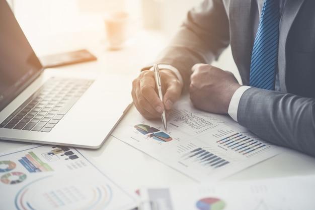 Consultoria de negócios homem de negócios, reunião de brainstorming relatório de projeto analisar
