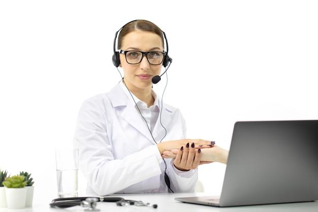 Consultoria de videochamada com enfermeira usando laptop, suporte ao paciente da área de saúde