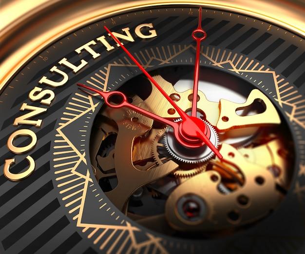 Consultoria no mostrador do relógio preto-dourado.