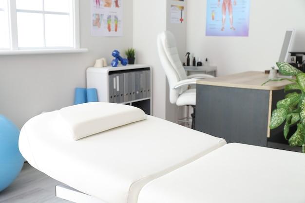 Consultório de massoterapeuta em moderno centro médico