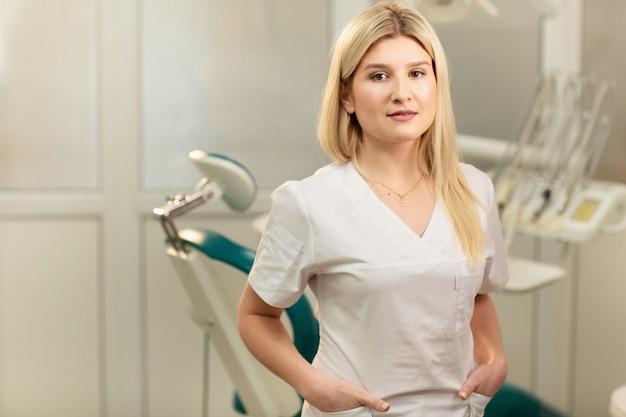 Consultório dentista. um médico dentro de um armário de dentista cheio de equipamentos médicos