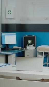 Consultório médico vazio com instrumentos médicos na instalação