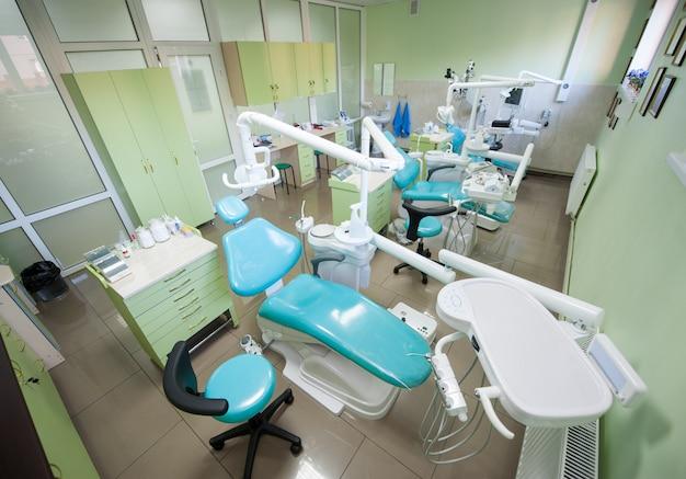 Consultório odontológico com três modernas unidades odontológicas para odontologia restauradora