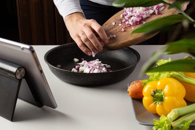 Consumo sustentável de sopa de cozinha caseira cortando cebola. aula de culinária online