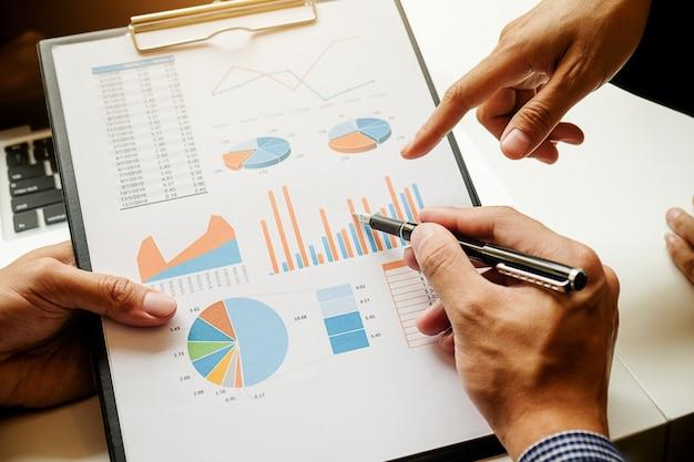 Conta de papel no local de trabalho do projeto de finanças do encontro