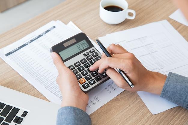 Contabilidade finanças mesa papel utilizando