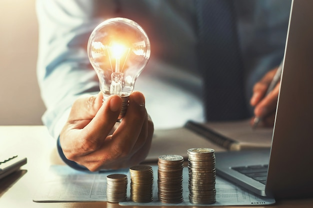 Contabilidade negócio, com, poupar dinheiro, com, passe segurar, lightbulb, conceito, financeiro