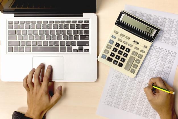 Contabilidade negócio, usando, calculadora, e, computador, analisando, investimento, finanças, relatório, escrivaninha