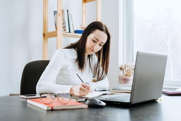 Contabilidade remota finanças empregos solução de contabilidade online retrato sincero de contadora