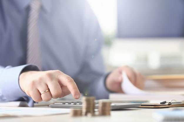 Contabilista calcular processo de relatório de imposto de despesas