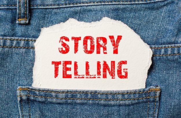 Contação de histórias em papel branco no bolso da calça jeans azul