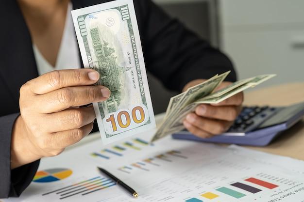 Contador asiático segurando notas de euro Foto Premium
