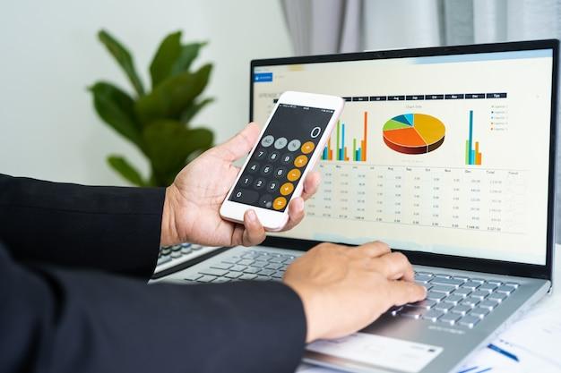 Contador asiático trabalhando e analisando relatórios financeiros, projetos de contabilidade