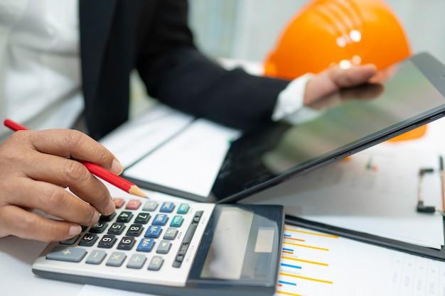 Contador asiático trabalhando relatórios financeiros projeto contabilidade