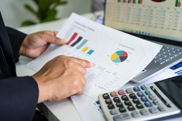 Contador asiático trabalhando relatórios financeiros, projeto de contabilidade com gráfico Foto Premium