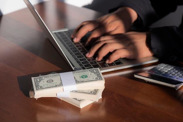 Contador, contando dinheiro e tomando notas de relatórios financeiros e calculando de cadernos