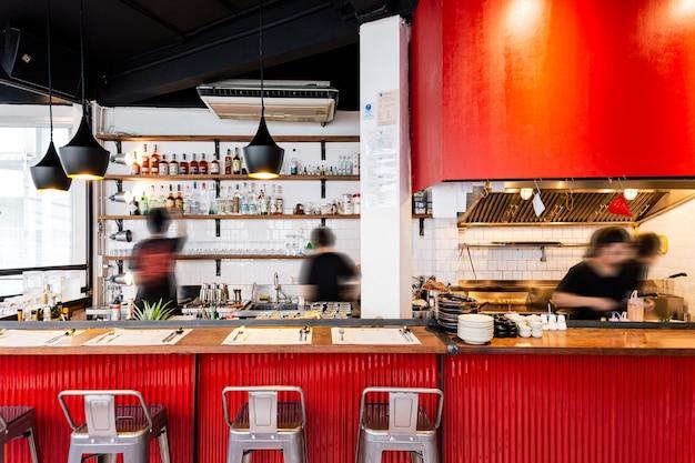 Contador de cozinha vermelho industrial decorado em estilo loft, incluindo madeira, parede branca e folha de zinco vermelho ondulado.