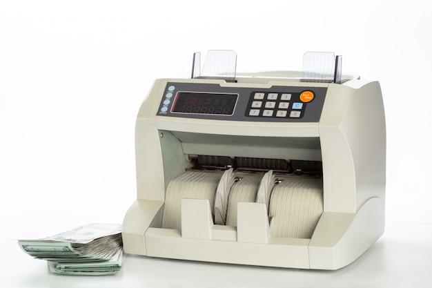 Contador de dinheiro isolado no branco