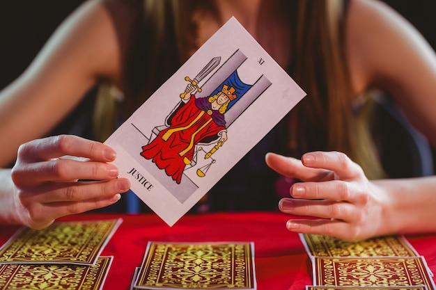 Contador de fortuna usando cartões de tarô