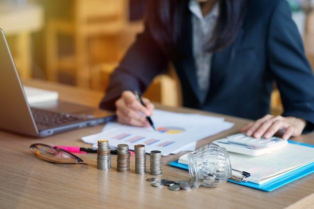 Contador de jovem mulher usando calculadora. funcionários de bancos jovens estão calculando contas.