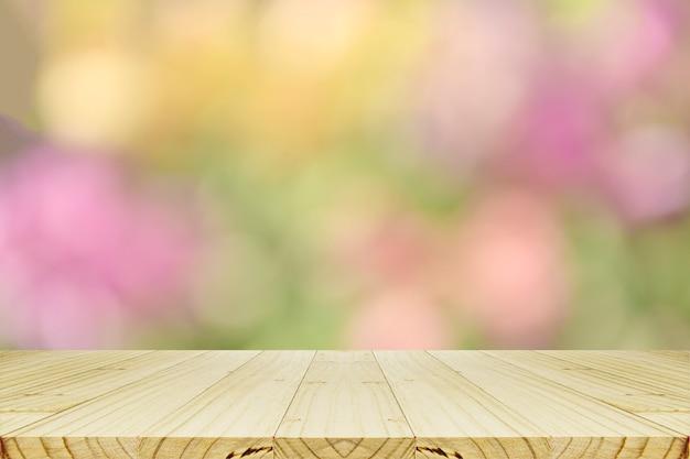 Contador de madeira da perspectiva e fundo abstrato com bokeh.